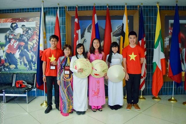 Hoài Anh (thứ 5 từ trái sang) là một trong 4 đại diện trẻ Việt Nam tham dự SEAYLP 2015 tại Hoa Kỳ.