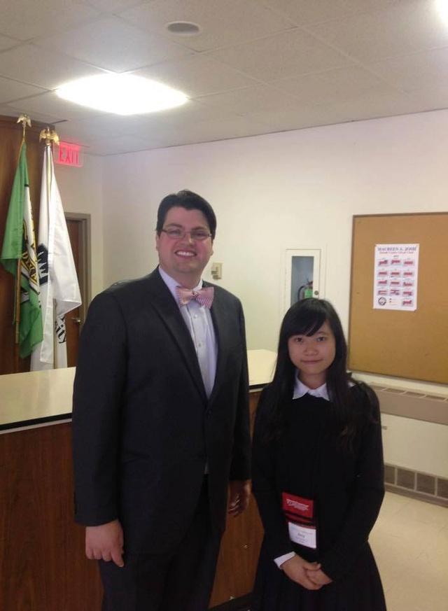 Cô gái 9X trong chuyến thăm chính quyền DeKalb, Illinois, Mỹ.