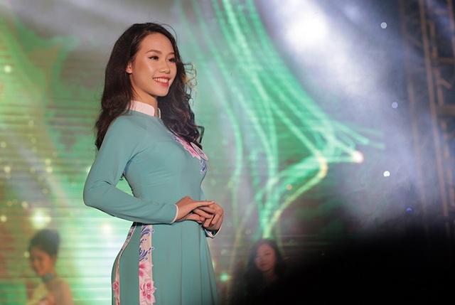 Ngân Hà duyên dáng trong trang phục áo dài