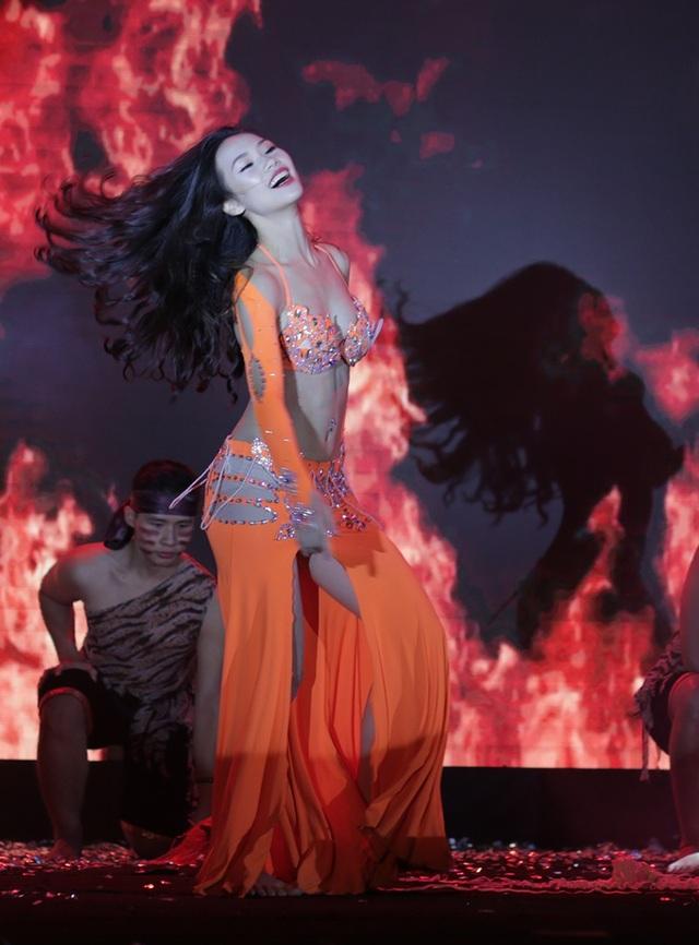 Khoe hình thể nóng bỏng khi trình diễn phần thi tài năng múa bụng
