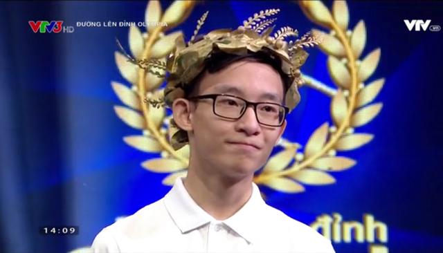 Phạm Huy Hoàng là người thứ 4 mang cầu truyền hình trực tiếp của Đường lên đỉnh Olympia về với trường THPT Hà Nội - Amsterdam