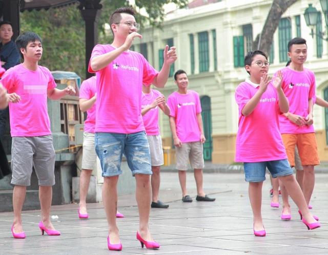 Hoàng Bách cùng con trai Tê Giác đi… giày cao gót nhảy flashmob - 9