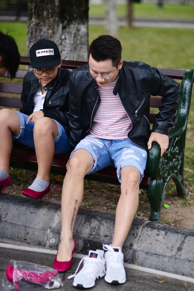 Hai cha con bất ngờ tháo giày thể thao, chuyển sang giày cao gót của chị em phụ nữ.