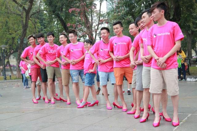 Hoàng Bách cùng con trai Tê Giác đi… giày cao gót nhảy flashmob - 11