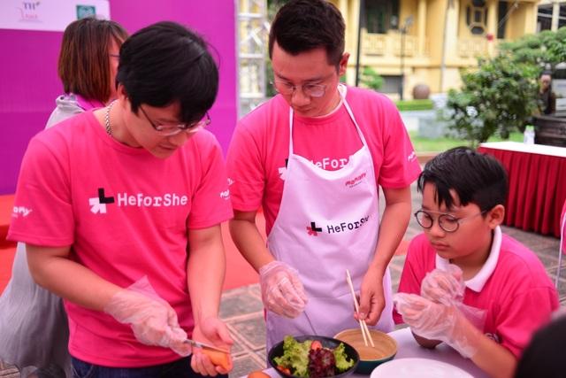 Hoàng Bách cùng con trai tham gia nấu ăn.