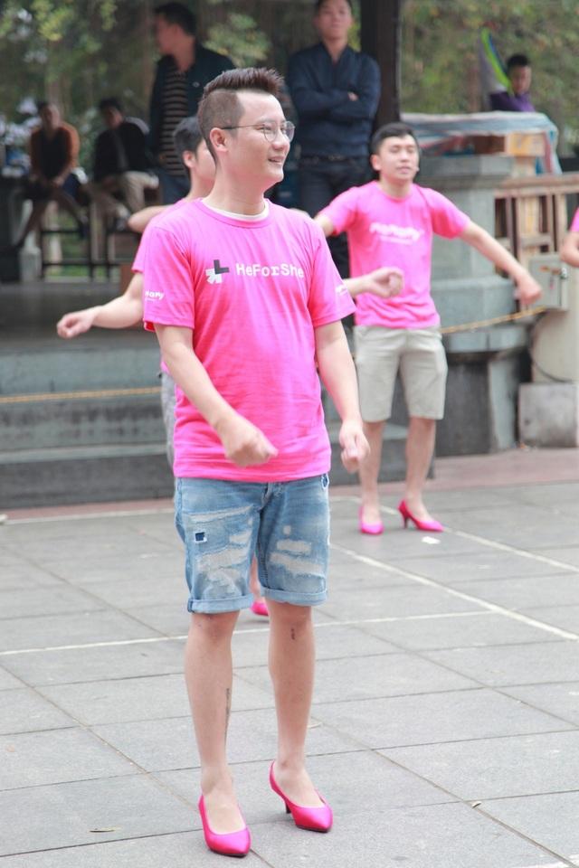 Hoàng Bách cùng con trai Tê Giác đi… giày cao gót nhảy flashmob - 7