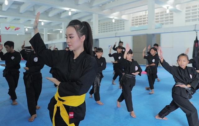 Nữ sinh phòng cháy chữa cháy xinh đẹp dạy võ cho trẻ em lang thang - 8