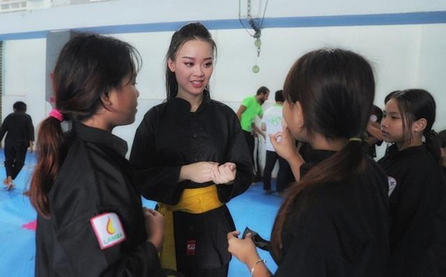 Nữ sinh phòng cháy chữa cháy xinh đẹp dạy võ cho trẻ em lang thang - 7