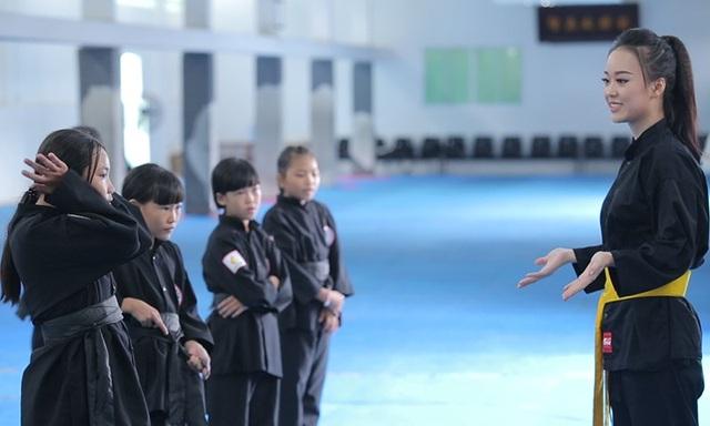 Nữ sinh phòng cháy chữa cháy xinh đẹp dạy võ cho trẻ em lang thang - 6