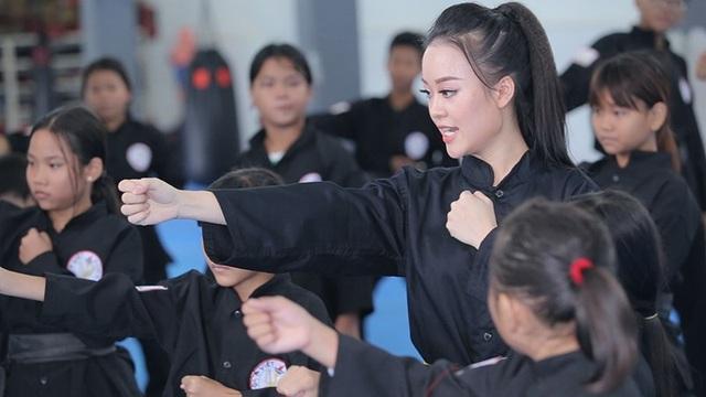 Nữ sinh phòng cháy chữa cháy xinh đẹp dạy võ cho trẻ em lang thang - 5