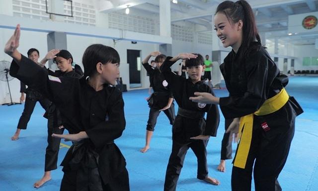 Nữ sinh phòng cháy chữa cháy xinh đẹp dạy võ cho trẻ em lang thang - 3
