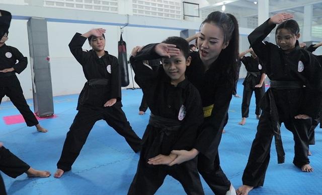 Nữ sinh phòng cháy chữa cháy xinh đẹp dạy võ cho trẻ em lang thang - 2