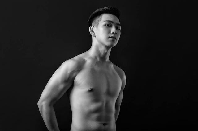 Mỗi ngày khi đi học, đi làm về, Lâm đều tập gym. Đó là bí quyết khiến cho cậu có vóc dáng đẹp như thế này.