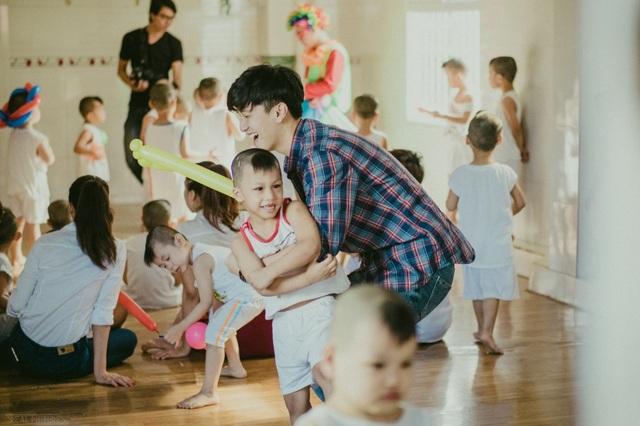 Huỳnh Anh - bạn trai Hoàng Oanh cũng đồng hành cùng cô trong chuyến đi. Huỳnh Anh nô đùa cùng các em nhỏ.