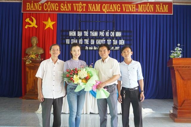 Á hậu Hoàng Oanh đến Tây Ninh tặng quà trẻ em kém may mắn - 3
