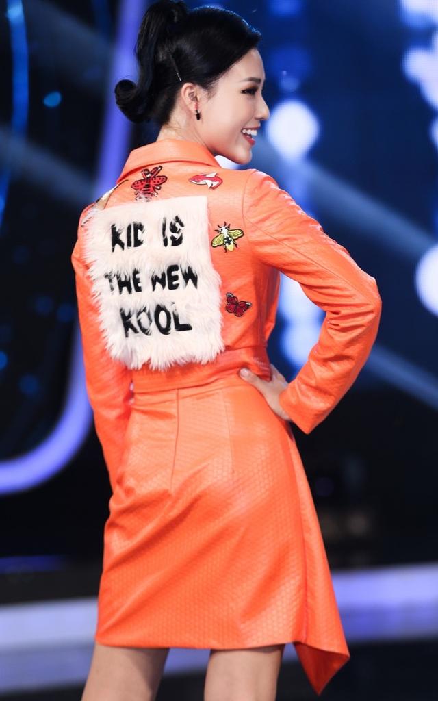 """Đặc biệt, lưng áo có dòng slogan """"Kid is the new kool"""" (tạm dịch: Trẻ em là làn gió mới), hài hoà với tính chất cuộc thi."""
