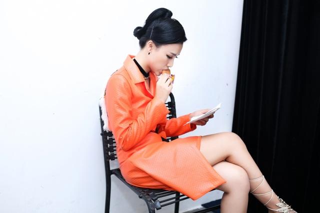 Liên tục chạy show khiến nữ MC không có nhiều thời gian nghỉ ngơi, ăn uống. Cô ăn vội bánh ngọt trong hậu trường để lấy sức trước khi lên sân khấu.