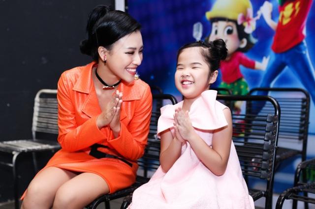 Hoàng Oanh cho biết, bên các thí sinh nhí, cô quên hết mọi muộn phiền thời gian qua. Qua từng vòng thi, nữ MC thân thiết với các em nhỏ, được các em quấn quýt không rời.
