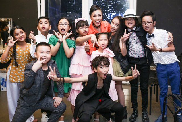 Theo suốt Vietnam Idol Kids năm nay, Hoàng Oanh trau dồi kỹ lưỡng cách dẫn, cũng như tỉ mỉ chọn váy áo phù hợp chương trình.