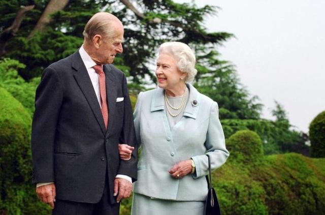 Hoàng thân Philip sẽ mừng sinh nhật tuổi 96 vào ngày 10/6 tới, còn Nữ hoàng Elizabeth đã bước sang tuổi 91. Tính đến nay, Hoàng thân đã ở bên cạnh Nữ hoàng trong suốt 65 năm trị vì Vương quốc Anh. Trong ảnh: Hoàng thân và Nữ hoàng cùng nhau tản bộ tại Romsey, phía nam nước Anh năm 2007.