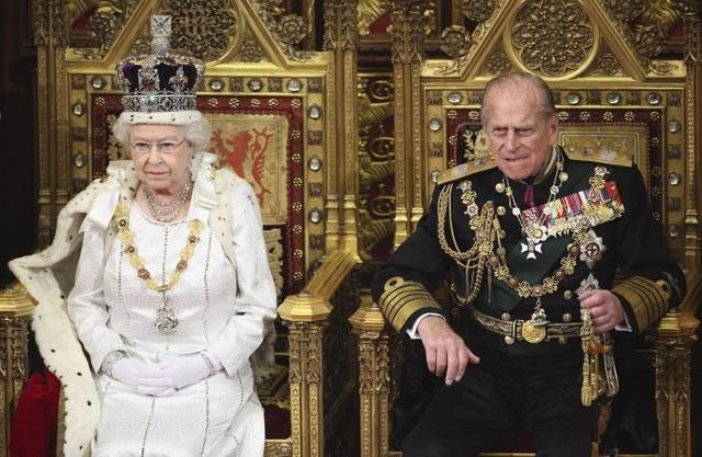Nữ hoàng Elizabeth ngồi cạnh Hoàng thân Philip khi chuẩn bị đọc Thông điệp Nữ hoàng trước các nghị sĩ tại Thượng viện Anh ở London vào tháng 5/2012.