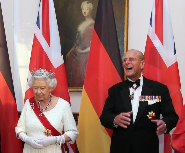 Nữ hoàng và Hoàng thân chào đón các khách mời trước khi bắt đầu quốc yến ở lâu đài Bellevue, Đức ngày 24/6/2015.