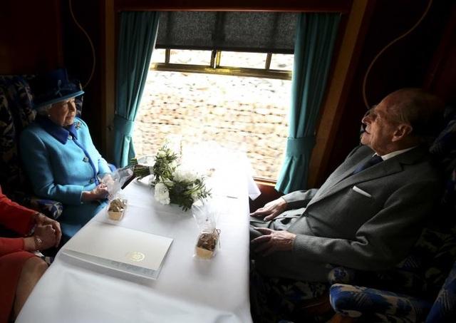 Nữ hoàng Elizabeth và Hoàng thân Philip đi chung trên tuyến tàu hỏa ở Scotland vào tháng 9/2015.