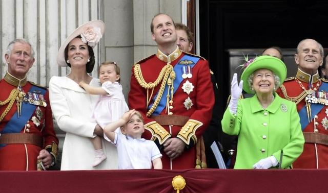 Các thành viên của Hoàng gia Anh đứng trên ban công của Cung điện Buckingham, theo dõi lễ diễu hành tại London ngày 11/6/2016.
