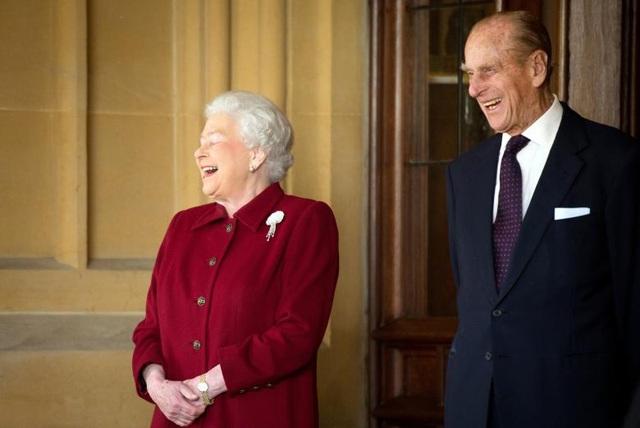 Thông báo được đưa ra sau cuộc họp khẩn của các nhân viên Hoàng gia tại Cung điện Buckingham vào sáng ngày 4/5. Trong ảnh: Hoàng thân Philip và Nữ hoàng Elizabeth tươi cười sau khi tạm biệt Tổng thống Ireland Michael D. Higgins và phu nhân tại Cung điện Windsor, phía nam nước Anh ngày 11/4/2014.