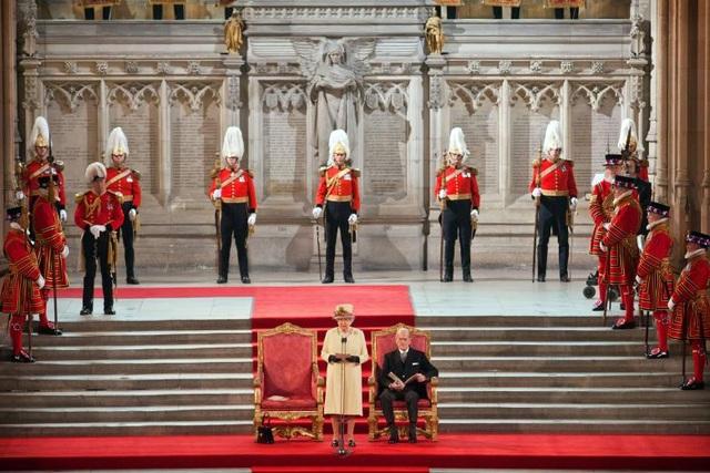 Cuộc họp bất thường sáng 4/5 đã làm dấy lên quan ngại về sức khỏe của Nữ hoàng và Hoàng thân khi cả hai đều đã ở độ tuổi ngoài 90. Tuy nhiên, một nguồn tin cấp cao cho biết thông tin này không chính xác. Trong ảnh: Nữ hoàng Elizabeth đứng cạnh Hoàng thân Philip khi phát biểu trước lưỡng viện của Quốc hội Anh tại Cung điện Westminster ở thủ đô London ngày 20/3/2012.
