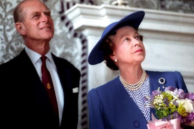 """Cung điện Buckingham cho biết đây là quyết định của Hoàng thân Philip và được Nữ hoàng Elizabeth ủng hộ. Sau khi Hoàng thân chính thức """"lui về ở ẩn"""", Nữ hoàng vẫn sẽ tiếp tục thực hiện các nghĩa vụ của Hoàng gia Anh. Trong ảnh: Nữ hoàng Elizabeth và phu quân tới thăm bảo tàng Hàng hải ở London năm 1990."""