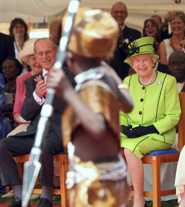 Các nguồn tin cho biết Hoàng thân Philip có thể sẽ vẫn tham dự các sự kiện trong tương lai, chứ không hoàn toàn vắng bóng trước công chúng. Trong ảnh: Hoàng thân Philip và Nữ hoàng Elizabeth xem một tiết mục biểu diễn tại trung tâm HIV Mildmay ở Uganda vào tháng 11/2007.