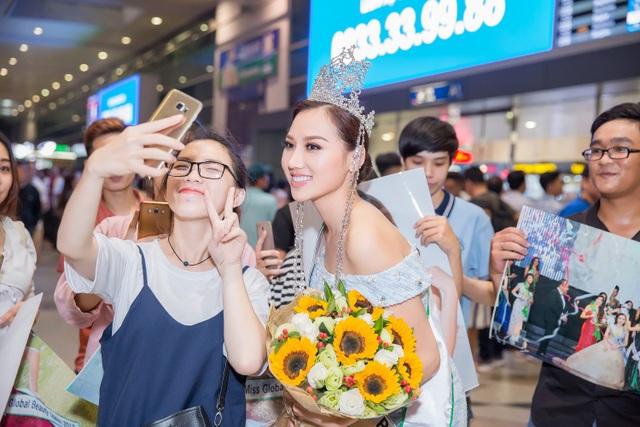 Người đẹp thân thiện với fans hâm mộ khi vừa bước xuống sân bay.