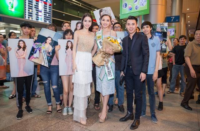Bạn bè và người thân ra rận sân bay đón chào Hoàng Thu Thảo.