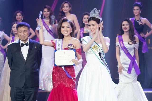 Nữ hoàng sắc đẹp toàn cầu Ngọc Duyên (ngoài cùng bên phải) trao danh hiệu quyền đại diện cho Hoàng Thu Thảo (bên cạnh) dự thi Miss Global Beauty Queen 2017.