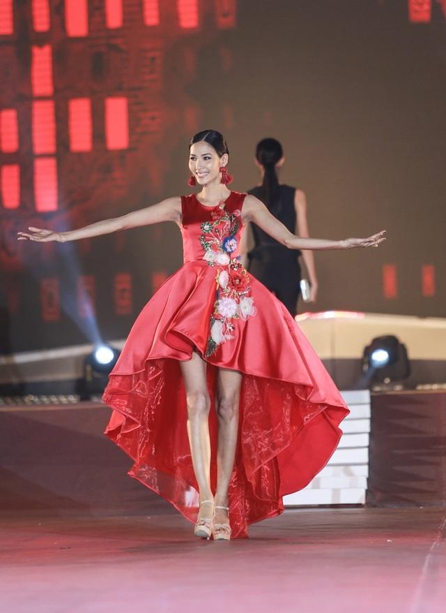 Hoàng Thùy cũng là một cái tên thu hút sự chú ý của công chúng khi bắt đầu ghi danh tại cuộc thi Hoa hậu Hoàn Vũ Việt Nam 2017.