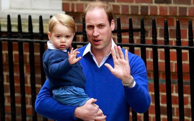 Hoàng tử Anh William và con trai George (Ảnh: AFP)