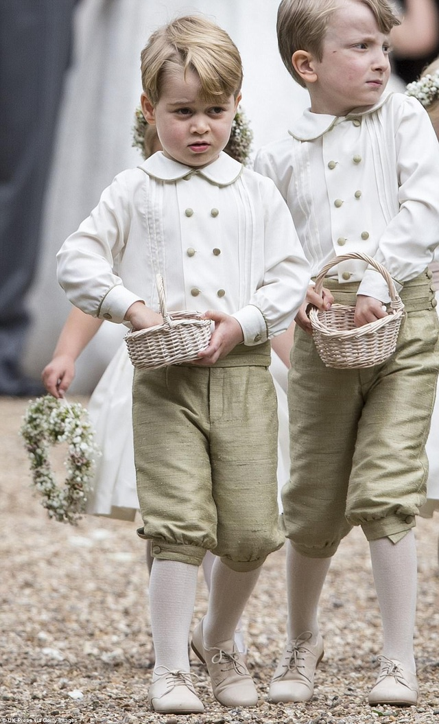 Trong khi đó, Hoàng tử George, 3 tuổi, chững chạc trong bộ đồng phục của các phù rể nhí