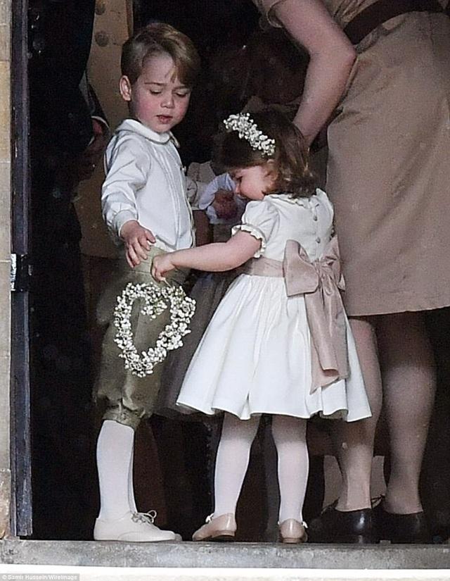 Hoàng tử George và em gái vào nhà thờ St Marks để dự lễ cưới của dì