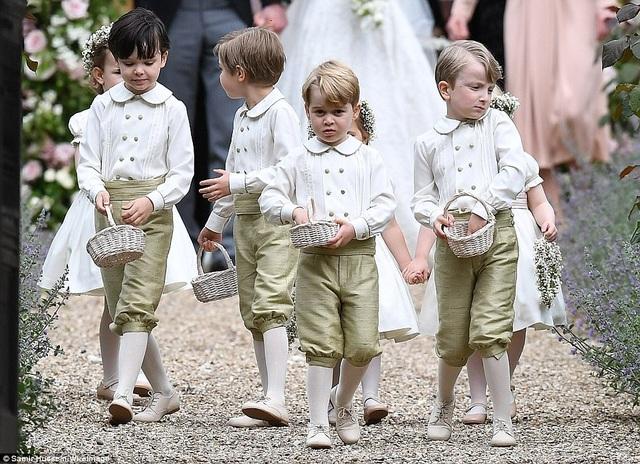 Hoàng tử, Công chúa Anh dễ thương trong đám cưới dì - 8