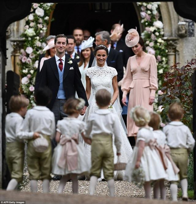 Cô dâu Pippa Middleton và chú rể James Matthews ngắm nhìn dàn phù dâu, phù rể trong đám cưới