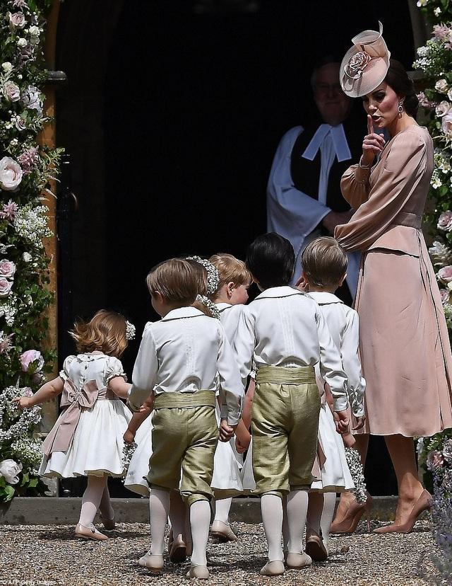 Công nương Kate Middleton dẫn đoàn phù dâu, rể vào bên trong nhà thờ St Marks để dự đám cưới