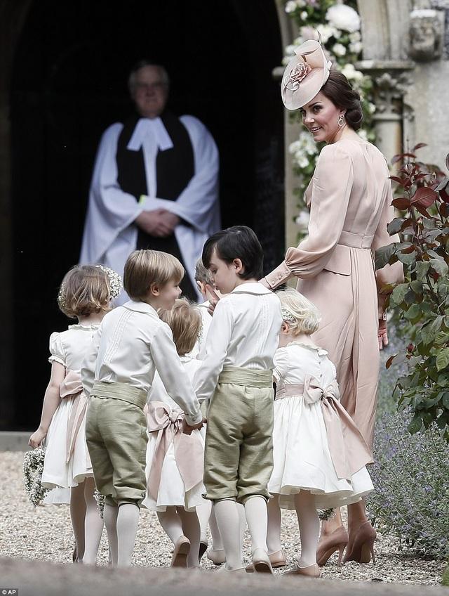 Hoàng tử, Công chúa Anh dễ thương trong đám cưới dì - 15