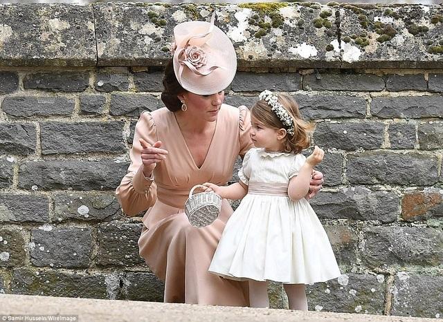 Công chúa Charlotte xinh xắn trong bộ váy trắng, đầu đội vòng kết hoa