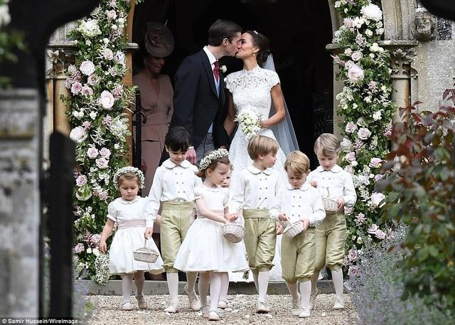 Cô dâu, chú rể trao nhau nụ hôn ngọt ngào tại trong ngày cưới. Lễ cưới của Pippa Middleton và James Matthews trở thành tâm điểm chú ý tại Anh trong dịp cuối tuần. Sự kiện đã thu hút rất đông các nhân vật hoàng gia và các ngôi sao tham dự.