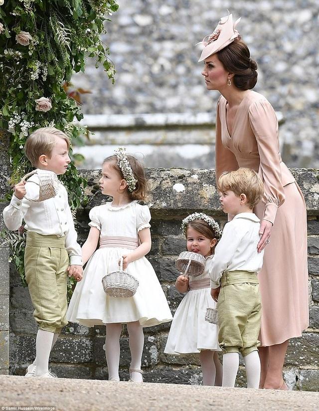 Hoàng tử, Công chúa Anh dễ thương trong đám cưới dì - 2