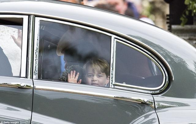 Hoàng tử George vẫy tay chào khi tham dự đám cưới của người dì Pippa Middleton, em gái Công nương Kate Middleton tại Englefield, Berkshire, Anh