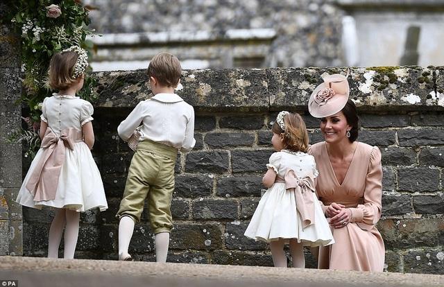 Hoàng tử, Công chúa Anh dễ thương trong đám cưới dì - 7