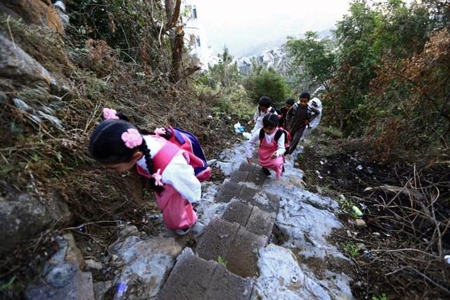 Để có thể đến trường đi học, các học sinh ở Jazan, phía nam Ả rập Xê út phải băng qua những con đường chênh vênh trên núi Fifa trong mọi điều kiện thời tiết.