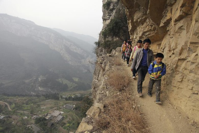 Đường đến trường của các học sinh ở Shengji, tỉnh Quý Châu, Trung Quốc là một bên vách núi và không có rào chắn để đảm bảo an toàn.
